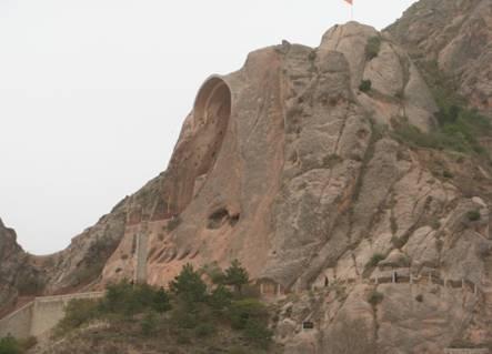 Từ cổng lớn, cái nhìn đầu tiên có thể thấy nơi tôn trí của Đại Phật